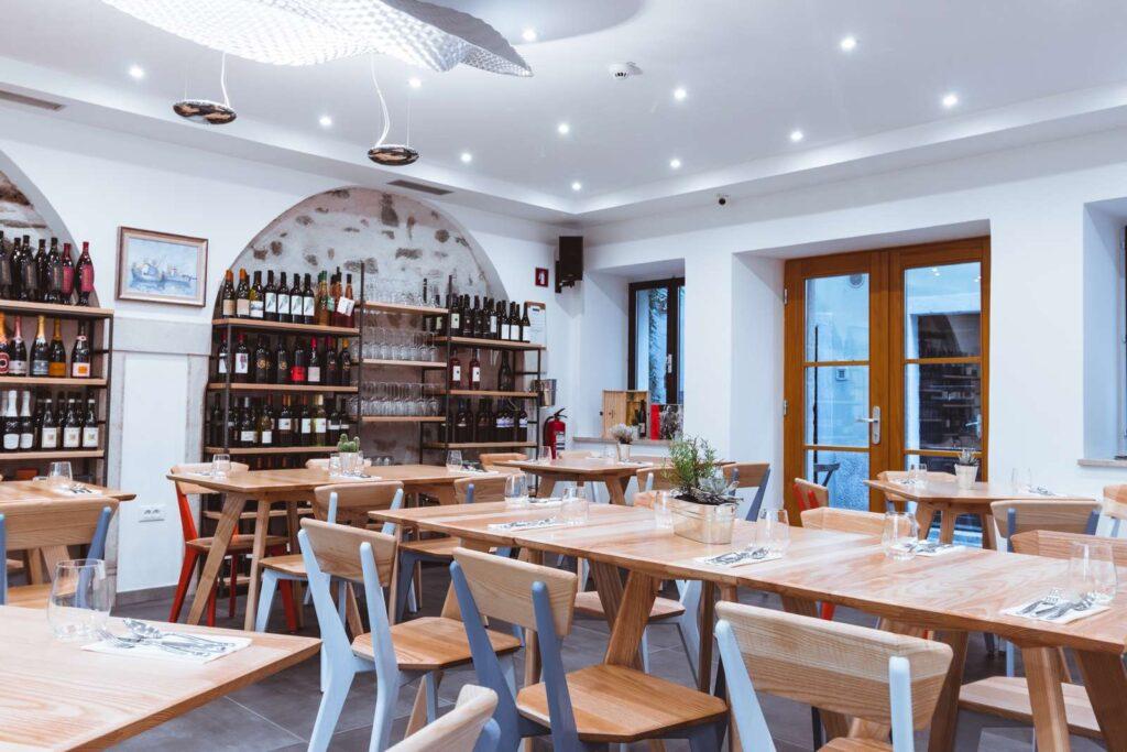 Notranjost restavracije Srebrna vilica v Hotelu Zala Piran